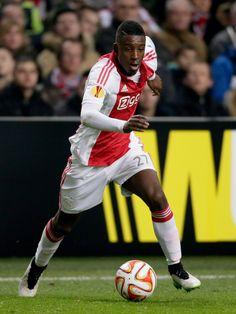 De nieuwste relevatie uit de jeugdopleiding van Ajax heet Riechedly Bazoer. De 18-jarige middenvelder speelt al een aantal wedstrijden in de basis van Ajax en weet zich goed staande te houden.