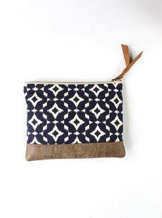 Ce nouvel embrayage Ikat avec garniture en faux cuir est le sac de printemps idéal pour transporter lessentiel. Mesure environ 7,5 x 9 - assez