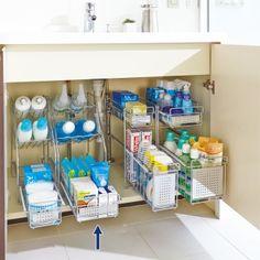 洗面台下収納からシンク下収納まで空間を賢く使うアイデア収納術。上部は棚が斜めになっており、取り出しやすく収納物が見やすい仕様。最下段は奥のものが取り出しやすい引き出しのラック収納です。
