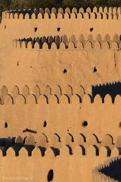 Стены Ичан-Кала высотой 8-10 метров, толщина 6-8 метров, внешний периметр стен 2250 метров. Построены стены крепости из сырцового (необожженного) кирпича – самана.