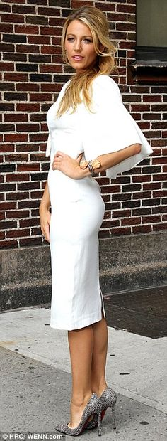the classy way! Blake Lively looks exquisite in slashed wrap dress Blake Lively, White Fashion, Look Fashion, Fashion Shoes, Girl Fashion, Traje Casual, Mein Style, Mode Inspiration, Beautiful Dresses