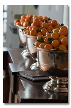 Brimming bowls of tangerines, simple and elegant. Add a bowl of oranges to your dining table to symbolize abundance! Allen Smith, South Shore Decorating, Noel Christmas, Christmas Oranges, Christmas Ideas, Holiday Ideas, Christmas Colors, Christmas Greenery, Christmas Tables