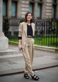 That Suit! Those Chanel Sandals! Alexa Chung Is on to Something Here . Alexa Chung, Jessica Parker, Animal Print Skirt, Elegantes Outfit, Cool Street Fashion, Mode Outfits, Loose Jeans, Girly, Jackets