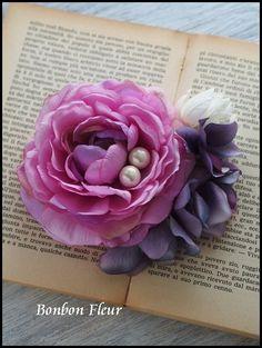 Bonbon Fleur ~ Jours heureux コサージュ&和装髪飾りの画像 エキサイトブログ (blog) Fabric Roses, Silk Flowers, Paper Flowers, Rose Crafts, Flower Crafts, Crafts Beautiful, Textile Jewelry, Corsages, Bead Crochet