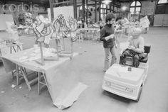 Jean Dubuffet at work on a polystyrene sculpture in Paris, 1967. (bron: Sothebys , foto: Luc Joubert)    Jean Dubuffet, 1967. (bron: Simon ...