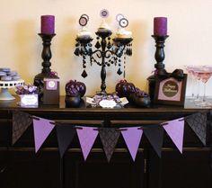 Mesa de doces chique em preto e roxo, as sobremesas também