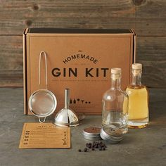Homemade Gin Kit - Set your cocktails apart from the rest by concocting them using your very own homemade gin. This fun kit comes with everything needed so that you can turn any generic bottle of vodka into a unique and tasty home-brewed gin. Sushi Kit, Diy Sushi, Gin Making Kit, Wine Making, Le Gin, Gin Gifts, Wine Gift Baskets, Basket Gift, Gin Bottles