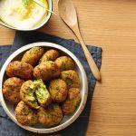 Dorate e invitanti, le polpette di zucchine alla cretese sono ghiotti bocconcini etnici che puoi servire come finger food. Prova la ricetta di Sale&Pepe.