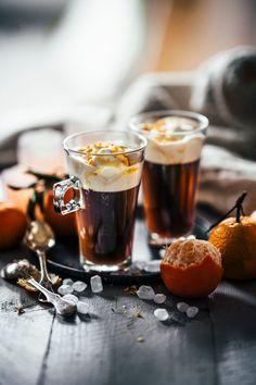 Tolles Rezept für einen winterlichen Kaffee mit Amaretto. Das perfekte Getränk für einen gemütlichen Tag. Mit selbstgemachtem Mandarinensirup und Sahne.