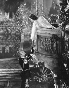 The famous balcony scene from the film version of Shakespeare's 'Romeo And Juliet', featuring Norma Shearer - as Juliet and Leslie Howard - as Romeo. The film was directed by George Cukor for MGM. Norma Shearer, Juliet Balcony, William Shakespeare, The Balcony Scene, Leslie Howard, Trevor Howard, Romeo Y Julieta, Inspiration Art, Classic Literature