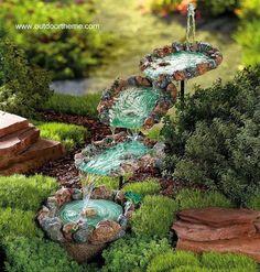 Instalación moderna breve cascada sonora en el jardín
