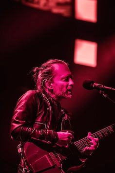 Thom Yorke Great Bands, Cool Bands, Music Stuff, My Music, Stanley Donwood, Thom Thom, Paranoid Android, Thom Yorke Radiohead, Jonny Greenwood