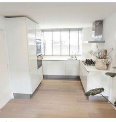 Raambekleding keuken Kitchen Interior, Kitchen Inspirations, Simple House, Kitchen Projects, Kitchen Cabinets, Small Kitchen, House Interior, Home Kitchens, Outdoor Kitchen