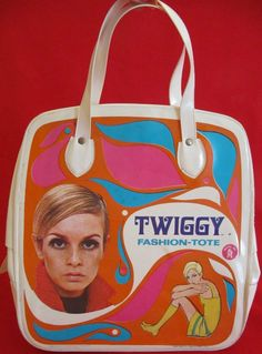 A vinyl child's Fashion-Tote, branded with imagery of British fashion model Twiggy, United States, by Mattel, Inc. I had one of these filled with Barbie clothes. 1960s Fashion, Fashion Models, Kids Fashion, Vintage Fashion, Patti Hansen, Lauren Hutton, Mode Vintage, Vintage Toys, Kitsch