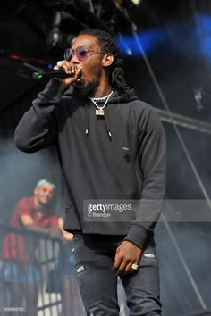 Offset of Migos performs on stage during Day 2 of the Reading Festival at Richfield Avenue on August 2017 in Reading, England. Offset Rapper, Slim Waist Workout, Nail Pics, Reading Festival, August 26, Famous Men, Fine Men, Cardi B, Fashion Line