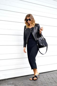 How To Wear Birkenstock Sandals Minimal Chic Ideas outfit summer chic Source by birkenstock outfit Black Birkenstock, Birkenstock Outfit, Indie Fashion, Fashion 2020, Street Fashion, Fashion Trends, How To Wear Culottes, How To Wear Sneakers, All Black Looks