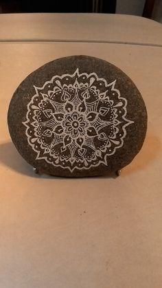 Mandala en piedra y tinta china. (Mónica Otero)