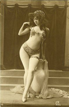 Vintage Burlesque. When women were beautiful with their natural curves!