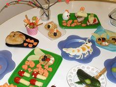 Sienet: juusto+ tomaatti. Sydämellisiä porkkanapaloja. Pupujussi. keksi + oliivia + tomaattia  + suolakurkusta viikset ja juustosta hampaat. Possusämpylä. juureksia suikaleina ja dippikastike kupissa.