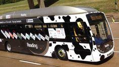 O Bus Hound, ônibus que usa fezes de bovinos como combustível, atingiu um recorde de velocidade no Reino Unido. Movido a biometano, o automóvel atingiu a velocidade de 123,57 km/h em uma pista de teste.
