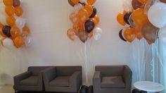 Decoração de balões com as cores laranja, marrom, branco e cristal. Crédito:  Balão: Balão Cultura www.balaocultura.com.br #corporativo #decoracaodeevento #decoracaofimdeano #decoracaodebalao #qualatex #qualatexbrasil #festaadulto #decoracaoclassica