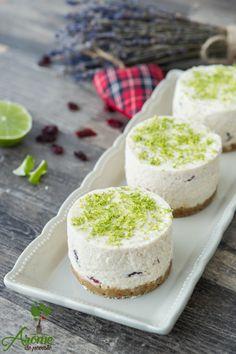 Clasicul cheesecake transformat intr-un tort raw fara zahar, bun si sanatos. Raw Food Recipes, Cake Recipes, Vegan Vegetarian, Vegetarian Recipes, Raw Vegan Cheesecake, Raw Cake, Tasty, Yummy Food, Food Cakes
