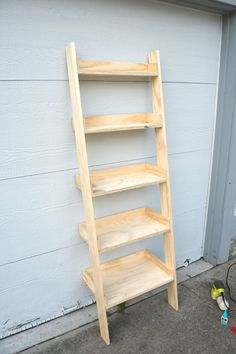 How to Build a DIY Leaning Ladder Shelf (Step by Step Guide DIY leaning book shelf. Can leave off the side pieces, but they look quite useful. Can also angle the top of the side arms so that there is more contact with the wall at the top. Leaning Ladder Shelf, Ladder Shelf Decor, Ladder Bookshelf, Diy Ladder, Book Shelf Diy, Bathroom Ladder Shelf, Diy Wood Projects, Furniture Projects, Diy Furniture