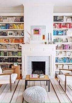 Quoi de mieux que de lire près de la cheminée? Sage et colorée, la bibliothèque du jour à un charme à la fois authentique et contemporain. #mysundayslibrary #library #instabooks #homedecoration