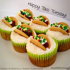 These taco cupcakes are too freaking cute! So perfect for a fiesta theme party or fiesta baby shower. So creative and easy to make and would definitely add a pop to your dessert table. Yummy Treats, Delicious Desserts, Sweet Treats, Yummy Food, Cupcake Recipes, Cupcake Cakes, Dessert Recipes, Taco Dessert, Bbq Desserts