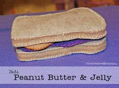 Felt Food Sandwich with free printables from OneCreativeMommy {Pick your sandwich combo from turkey, cheese, PB&J, and veggies}