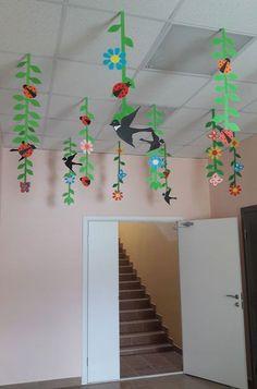 Girlanden Garlands Garlands The post garlands appeared first on Knutselen ideeën. Kids Crafts, Preschool Crafts, Diy And Crafts, Arts And Crafts, Paper Crafts, Class Decoration, School Decorations, Spring Art, Spring Crafts