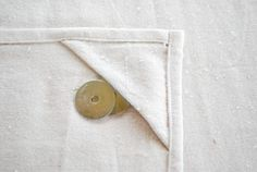 Picnic tablecloth tutorial - how to keep a tablecoth from blowing away Sewing Hacks, Sewing Crafts, Sewing Projects, Craft Projects, Sewing Tutorials, Sewing Ideas, Craft Ideas, Tablecloth Weights, Outdoor Tablecloth