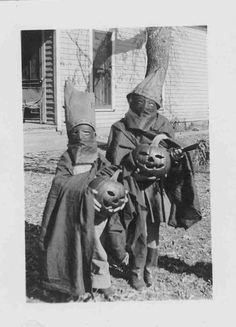 Vintage Halloween photo -- when Halloween really meant something. *shudder*