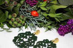 Federleichte Ohrringe aus Horn in Dunkelgrün aus der Bora Bora Kollektion. Lackiert und in mehreren Farben erhältlich. Die Ohrstecker sind aus 925er Silber und mit 18kt vergoldet. Bora Bora, Ootd, Vegetables, Green Earrings, Ear Jewelry, Stud Earring, Silver, Colors, Vegetable Recipes