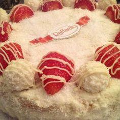 Raffaello taart / voor de taartbiscuit: http://www.taartenmaken.nl/recepten/zelf-biscuitdeeg-maken-recept-taartbodem/ of koop kant-en-klare taartbiscuit van de AH --- Ingredienten vulling en topping: * 2 bakjes raffaello * 2 bekers slagroom * 125g mascarpone * 2 zakjes vanillesuiker * 2 zakjes klopfix * ong 1,5 eetlepel suiker * 1 zakje geraspte kokos van conimex * ong 10 aardbeiden * 50g witte chocolade
