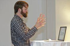 """Moritz Esser stellt am 22.5.2012 seine Schrift """"Nautinger"""" beim Vortrag der Typographischen Gesellschaft München (tgm) in der Halle 27 vor."""
