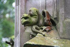 Drolerie an der Fassade der Bergkirche Laudenbach.