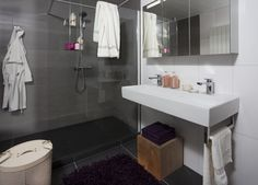 inspiratie badkamer Memento. Het totale oppervlak is slechts 190cm breed en 250cm diep. Maar door de slimme indeling in combinatie met kleur-en materiaalgebruik is badkamer Memento met wandcloset, wastafel, designradiaor, inloopdouche en dubbele wastafel met spiegelkast meer dan compleet. Het sanitair van Villeroy & Boch in deze badkamer heeft niet voor niets reductie als concept. Omdat, en dat zijn wij helemaal eens met Villeroy & Boch, 'er inzicht voor nodig is om het overbodige te…