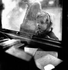 Édouard Boubat - Paris, Hiver, 1948 * Un enfant devant une vitrine