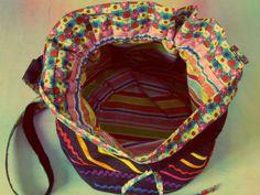 Presente no site Elo7 , loja de Marília -SP produz bolsas artesanais em diversos modelos que variam de R$ 30 a R$ 130.