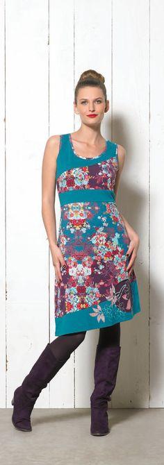 Este vestido es ideal¡¡ Ajustado en la parte de arriba , con el escote redondo y sin mangas.Esta cortado en la cintura y la falta es de largo asimetrico a la rodilla. Los colores y el estampado son geniales. Es la prenda que más me gusta de esta coleccion. Tambien esta en estampado rojo y negro para las amantes de este clasico