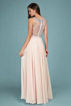 c6e2d44ca9d Robe de soirée rose nude longue haut embelli de bijoux jeu transparent