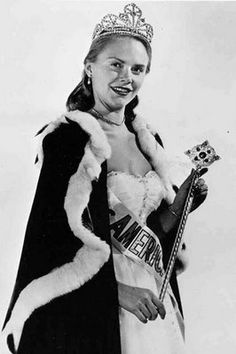 Evenlyn Margaret Ay Miss America 1954 from Ephrate, Pennsylvania Pageant Crowns, Free Stuff By Mail, Miss America, Beauty Pageant, Beauty Queens, Pageants, Hairstyle, Glamour
