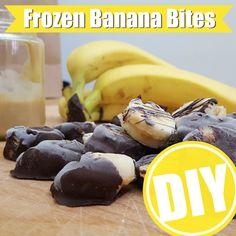 Für diese cremigen Eis-Happen brauchst du nur drei Zutaten: Bananen, Erdnussmus und Schokolade. So gehts: http://eatsmarter.de/ernaehrung/gesund-ernaehren/frozen-banana-bites-selber-machen