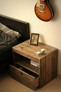 Make an original bedside table - 45 practical ideas The bedside table is a crucial piece in the bedroom. If you are tired of traditional bedside tables and you want to create a playful spirit in your ro. Decor, Furniture, Original Bedside Tables, Bedroom Design, Home Decor, Bedroom Nightstand Decor, Pallet Furniture, Bedroom Night Stands, Nightstand Decor