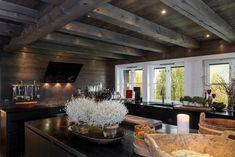 Hemsedal/Solheisen. Fantastisk og eksklusiv hytte med 268 kvm gulvareal.Solrikt og usjenert beliggende. Panormautsikt og ski inn/ut | FINN.no Cozy Cottage, Cozy House, Amazing Spaces, Wooden House, Rustic Chic, Log Homes, Kitchen Design, House Design, Indoor