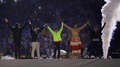 """""""Besuntado de Tonga"""" vira atração e participa da cerimônia de encerramento"""