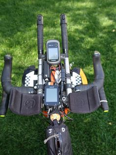 The cockpit: navigation, lighting, charging, and nutrition all within reach. Cruiser Bicycle, Mtb Bike, Motorcycle Bike, Touring Bicycles, Touring Bike, Bicycle Garage, Bikepacking Bags, Bushcraft Gear, Speed Bike