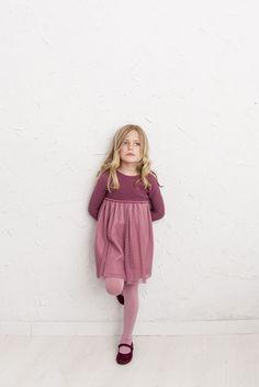 En nuestra tienda podrás encontrar vestidos ideales para las niñas más elegantes. Vestidos tul pero también faldas niñas y cuello crochet en María de SaaS.