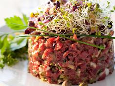 Mieux vaut tartare que jamais ! Many Tartare Recipes Raw Food Recipes, Beef Recipes, Cooking Recipes, Healthy Recipes, Steak Tartare, Tartare Recipe, Salmon Y Aguacate, Tapas Dishes, Fish And Meat